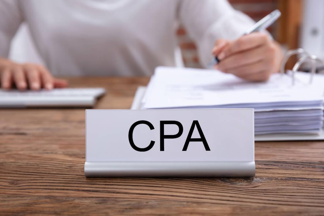 CPAの結果についてまとめる女性
