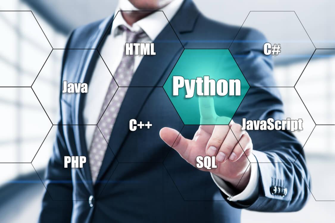 Pythonというプログラミング言語を選択する男性