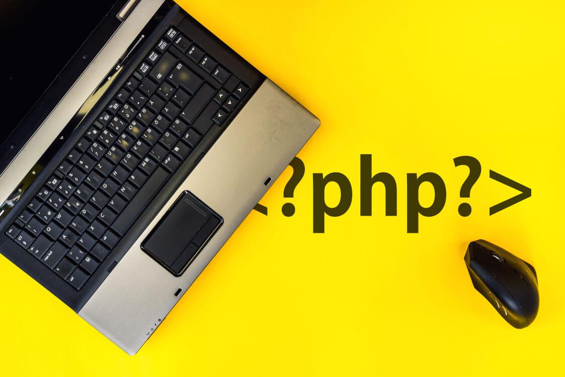 PHPの文字がノートパソコンの裏に隠れている