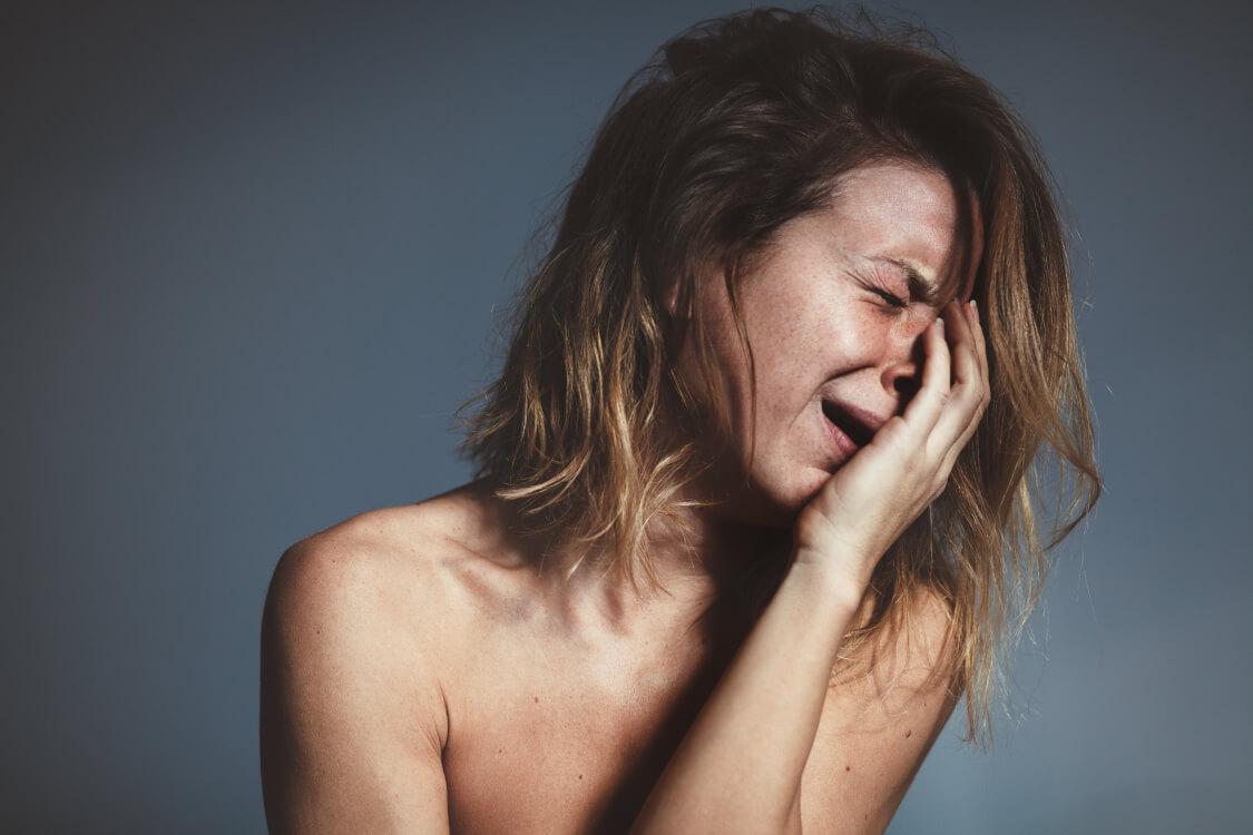 激しく慟哭する女性