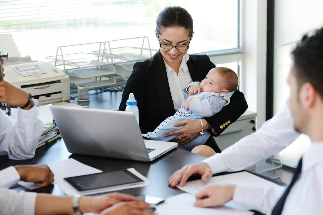 育児をしながら会社で働く母親