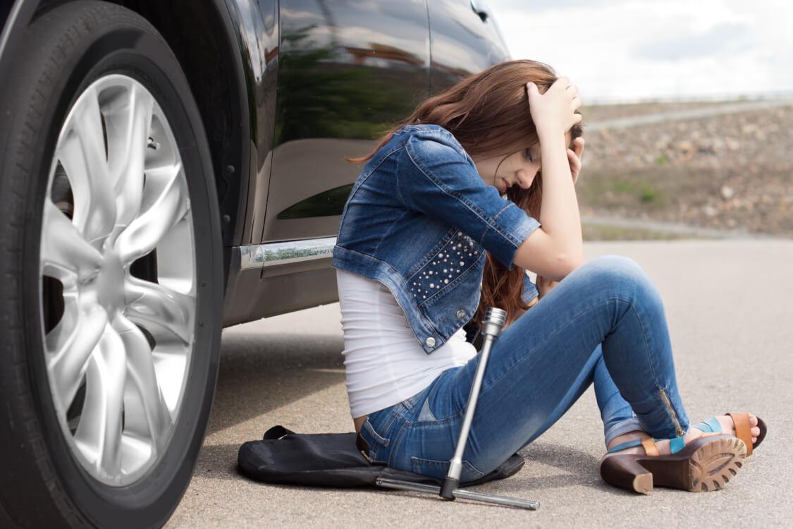 車が故障し路頭に迷う女性
