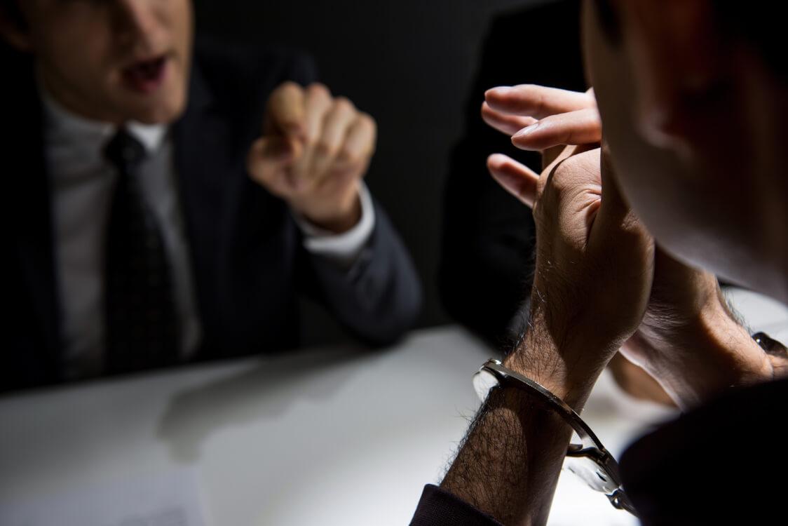 人質司法とは警察が自分たちの意図する回答を容疑者がするまで取り調べをしている状況の事を指します。