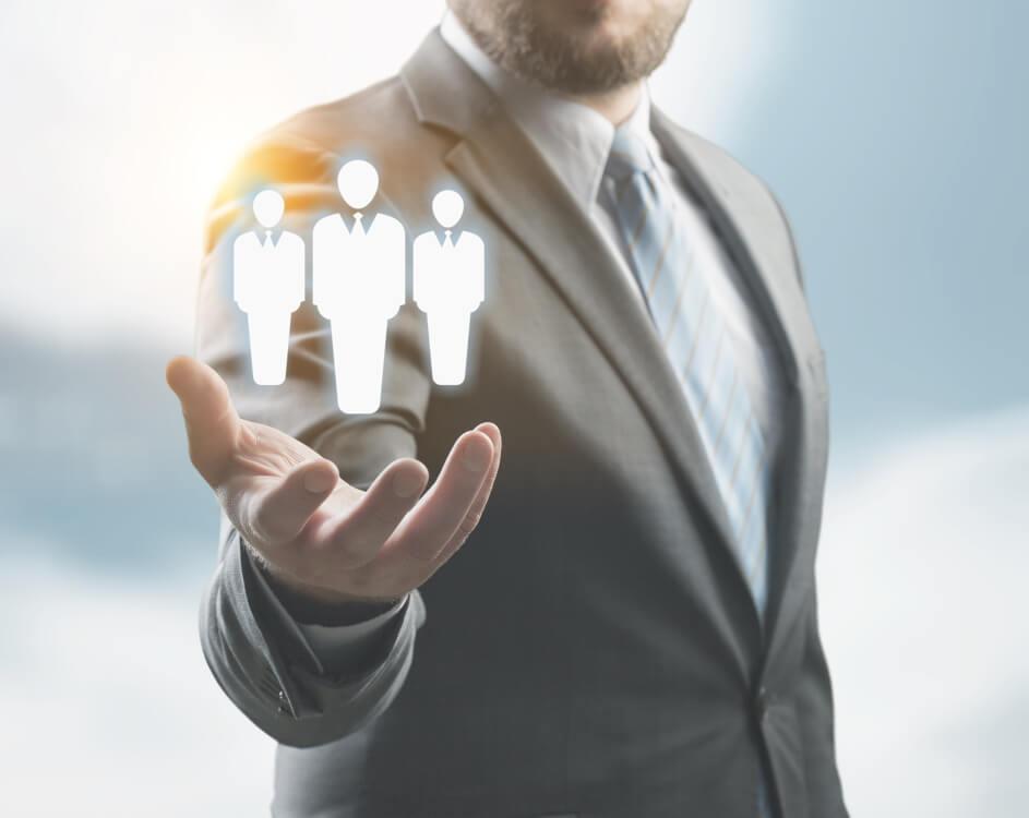 オピニオンリーダーとは特定のコミュニティの意思決定に大きな影響を及ぼす人物を指します。