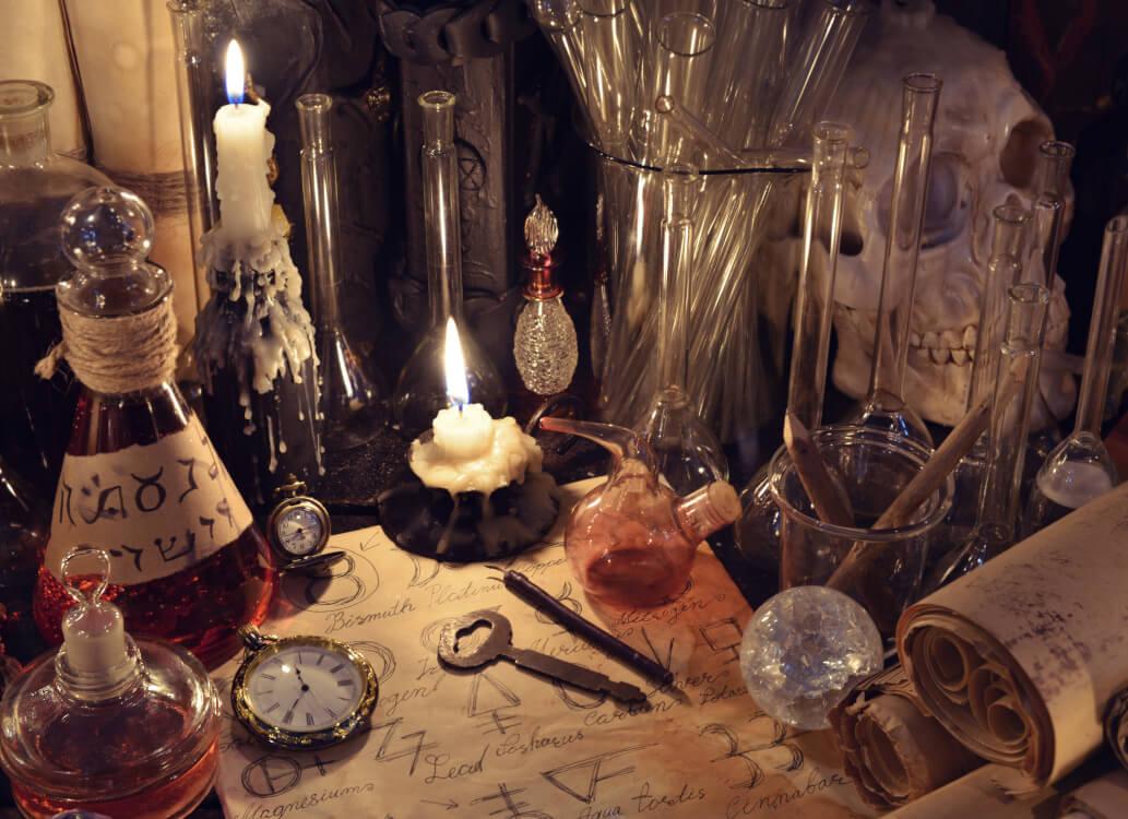 錬金術とは普通の金属類を金・銀などの貴金属に変化させようとする術。