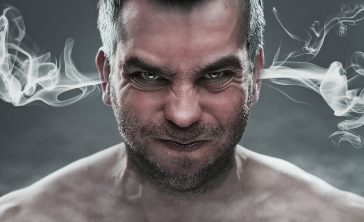 怒り心頭に発する男性