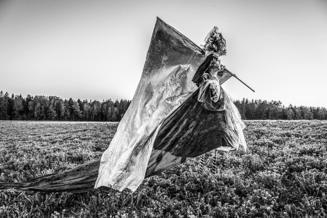 錦の御旗を振る女性