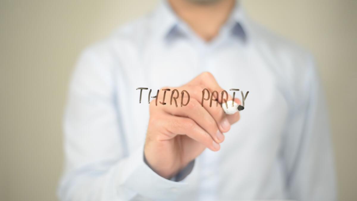 サードパーティーと書く男性