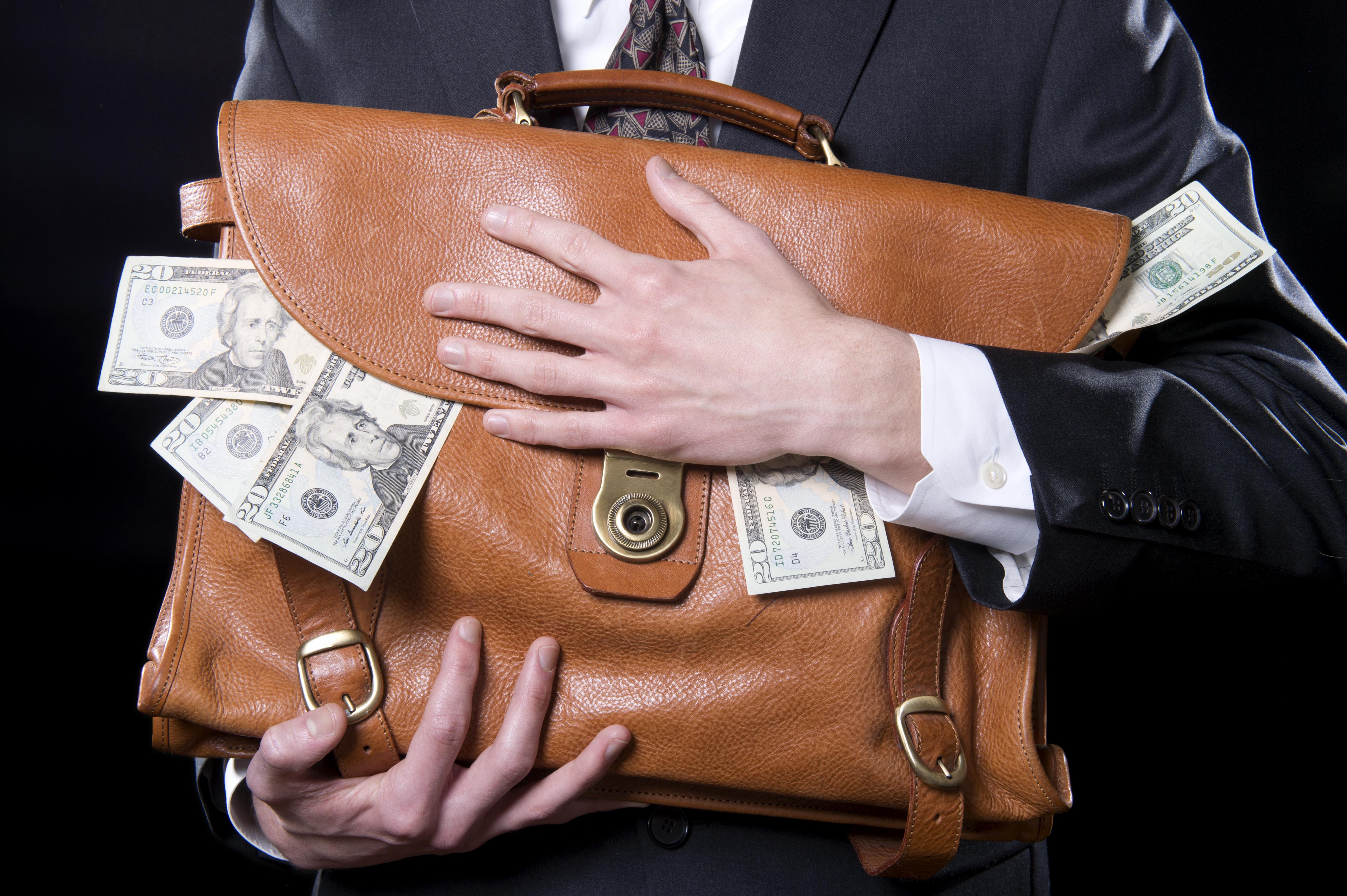 横領してお金を持って逃げる男性