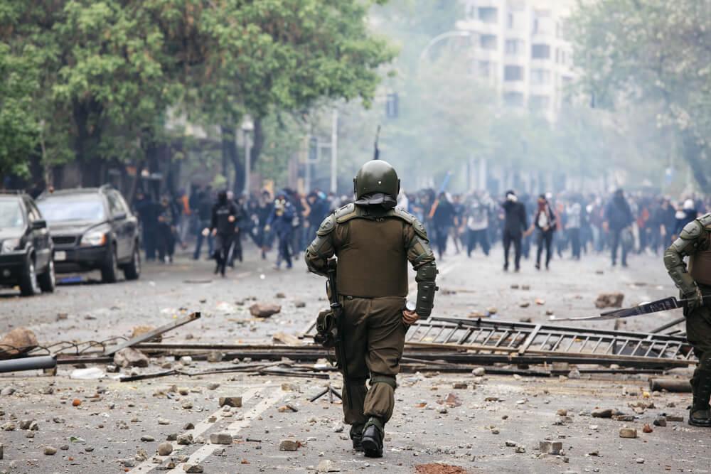 デモの対応をする兵士