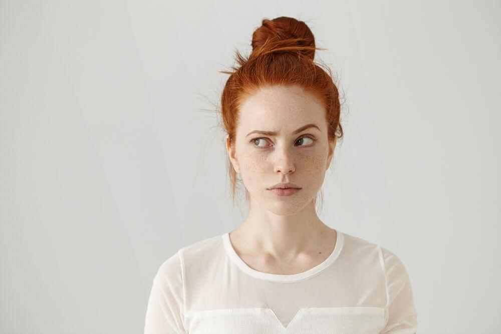 機微な表情をする女性