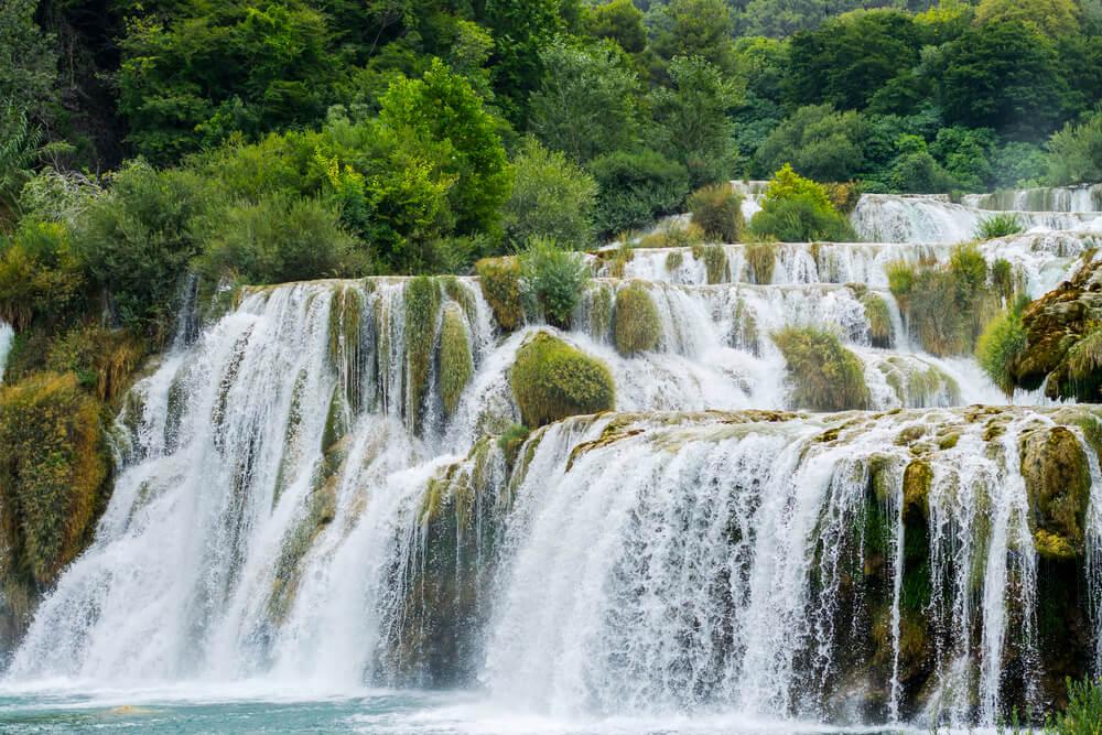段々と流れる滝