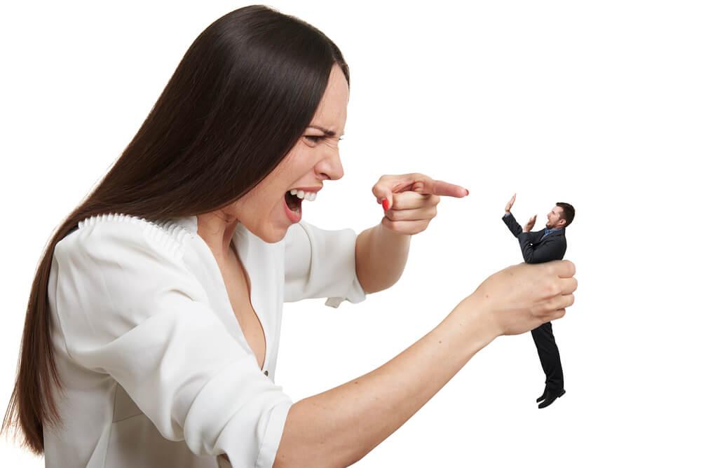 夫に怒鳴る妻
