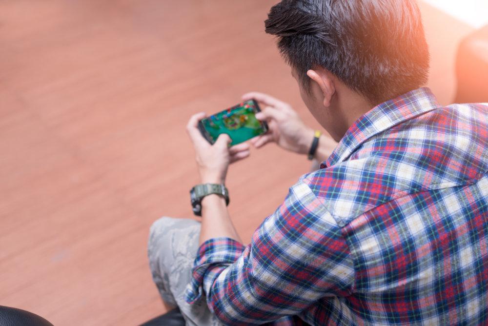 廃課金してスマートフォンゲームを楽しむ人