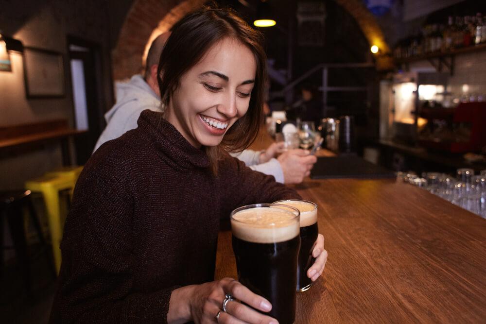 バーでビールを飲もうとしている女性
