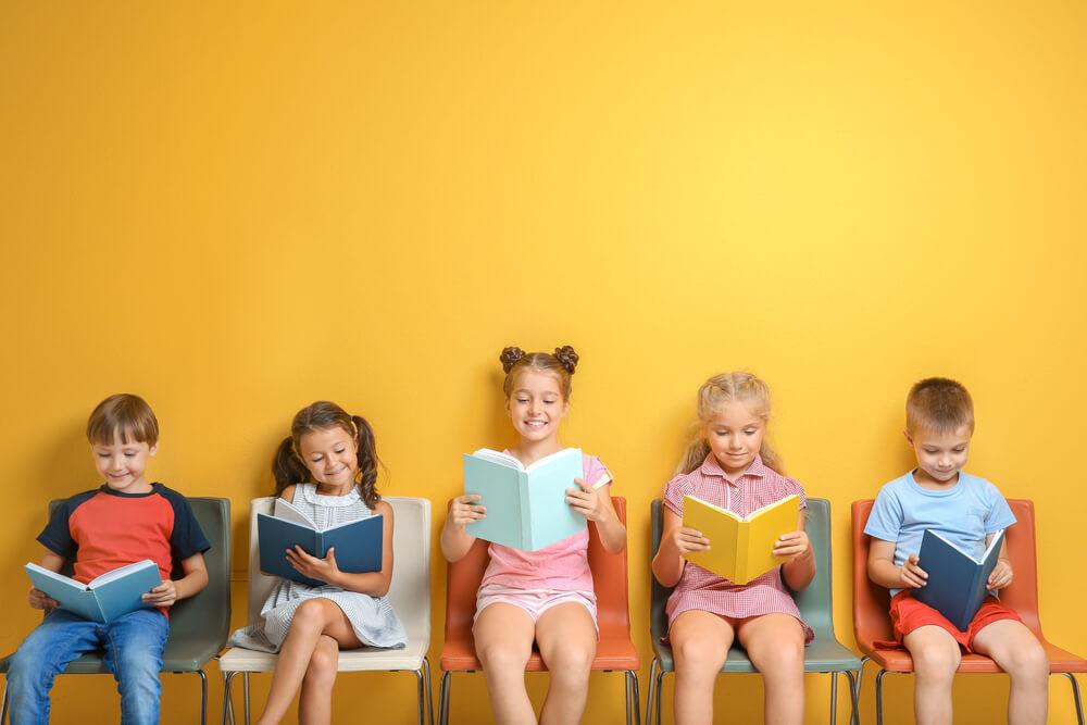文化の日に本で文化に触れる子どもたち