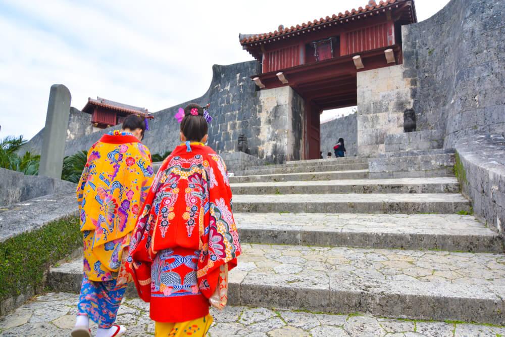 首里城と沖縄の民族衣装を着た女性達