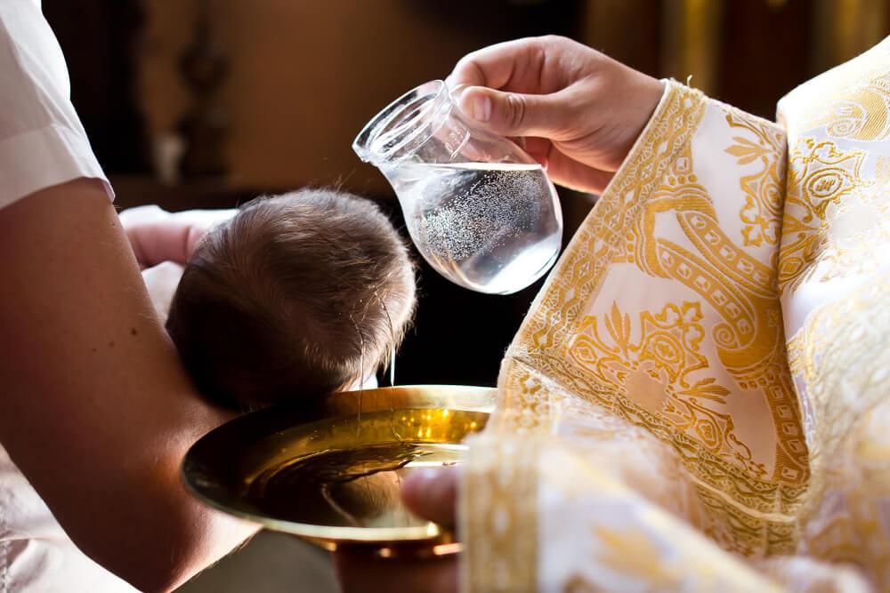 洗礼を受ける子ども
