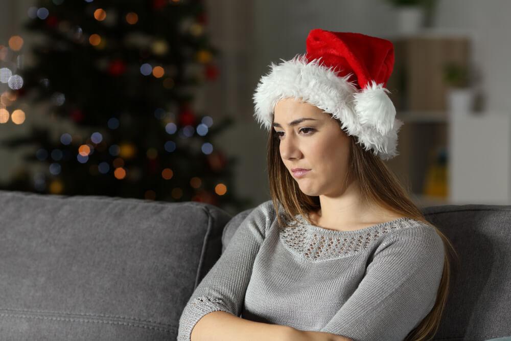 サンタの帽子を被った女性が落ち込んでいる様子