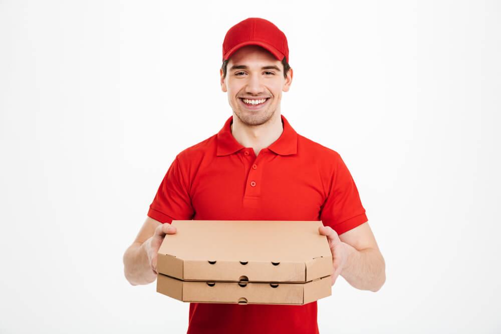 ピザを配達する男性