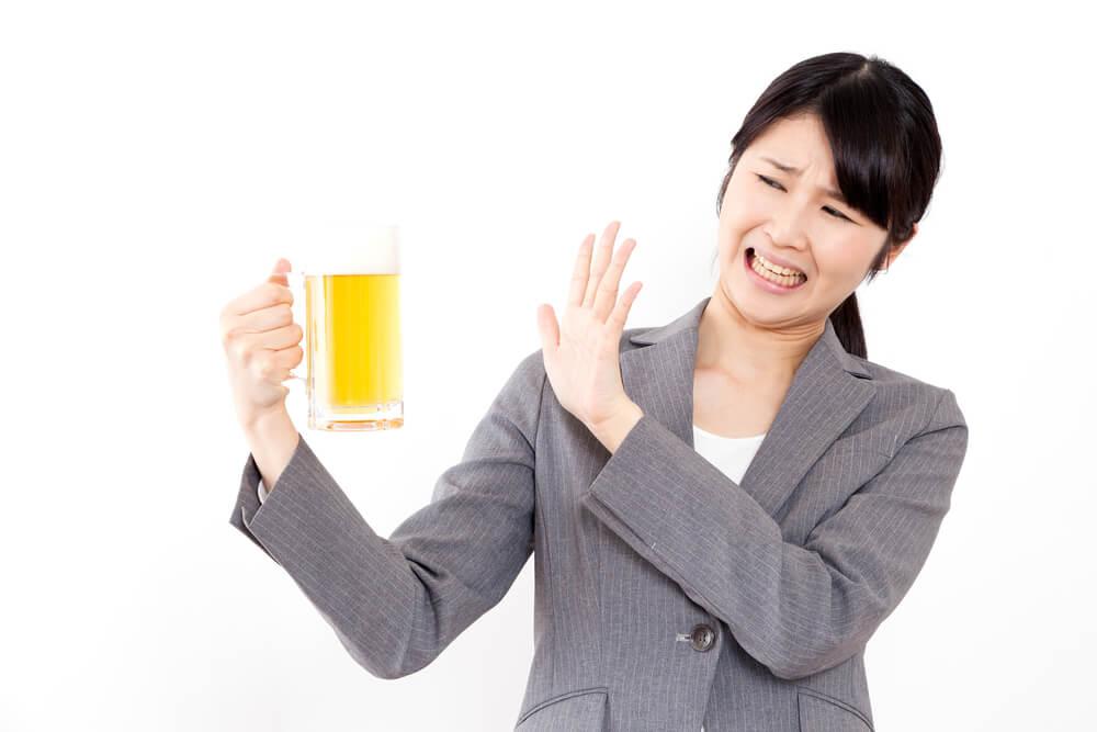 ビールを拒否する女性