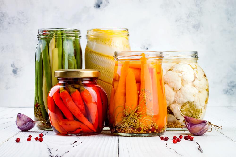 色々な野菜のピクルスの瓶が並んでいる様子