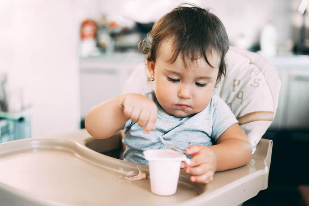 食指が動いて食べ始める赤ちゃん