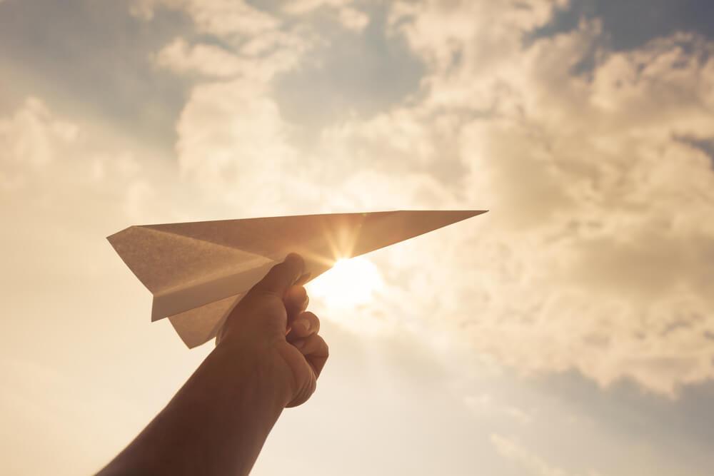 無造作に投げられた紙飛行機