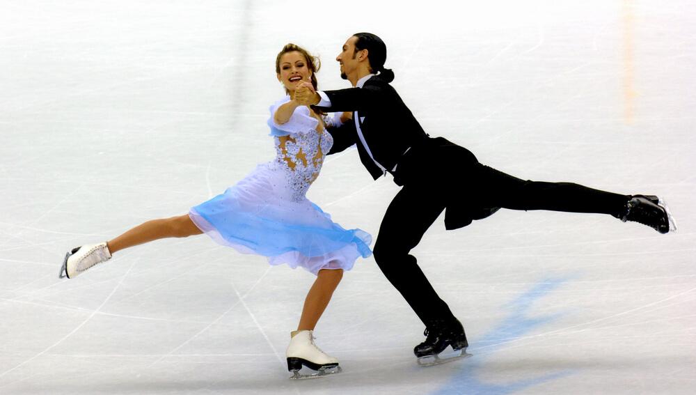 アイスダンスをする男女