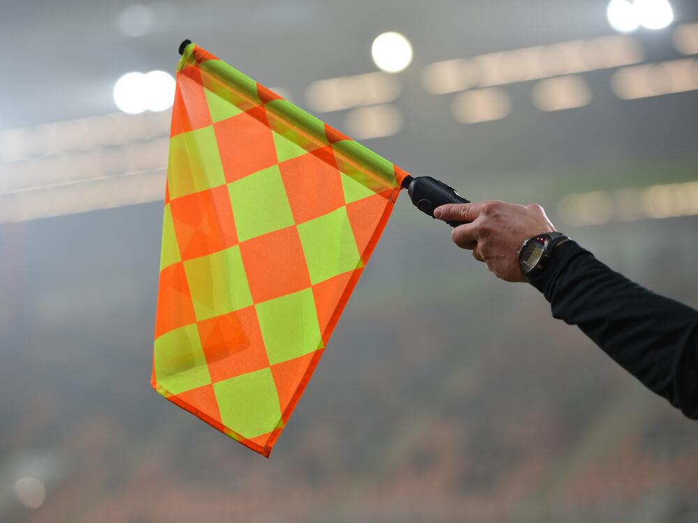オフサイド時の旗の示し方