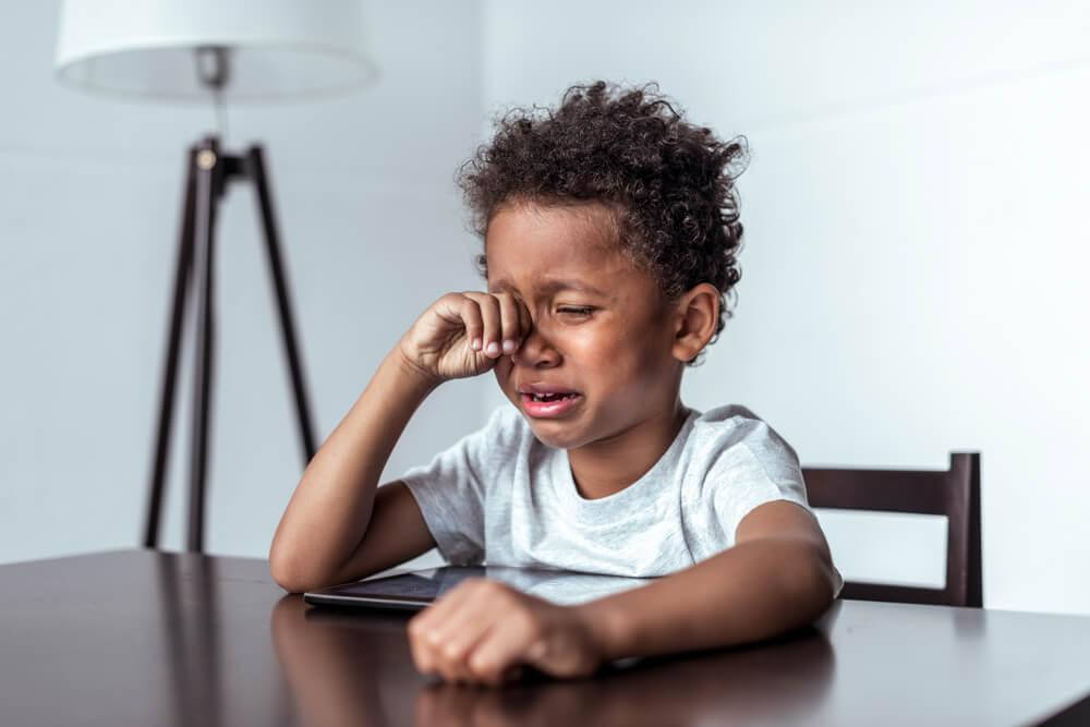号泣する少年