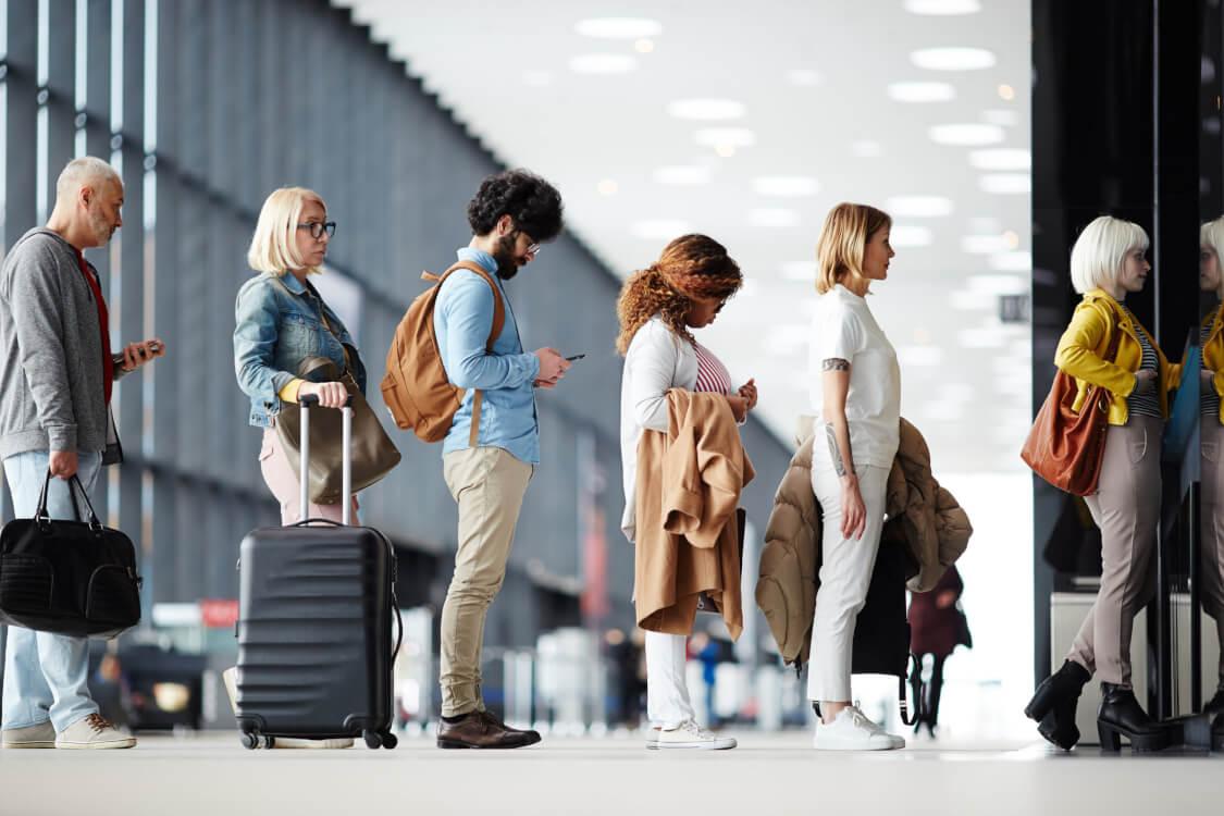 空港検査を待っている人