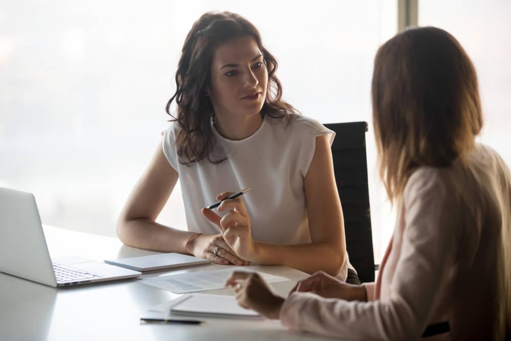同僚のミスを論う女性