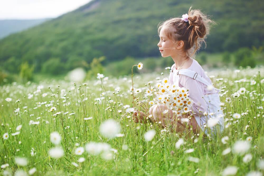 馨しい花の香り感じている女の子