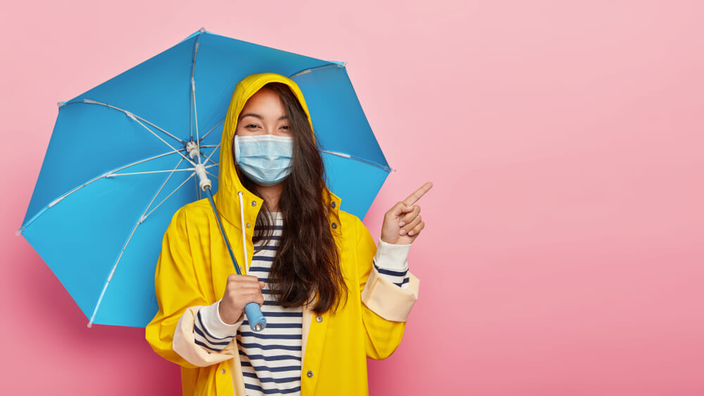 止まない雨はない信じて進む女性