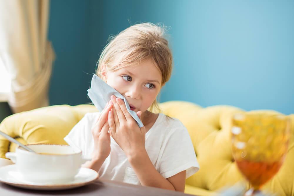 食事のマナーを守る少女