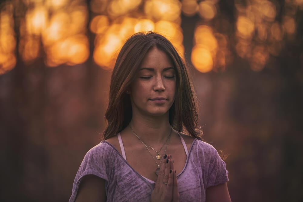 黙祷をする女性