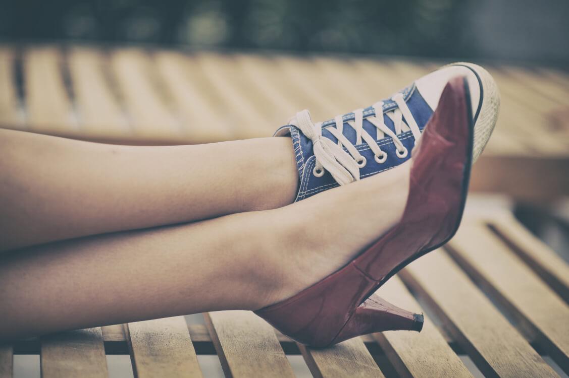 あべこべな靴を履いている人