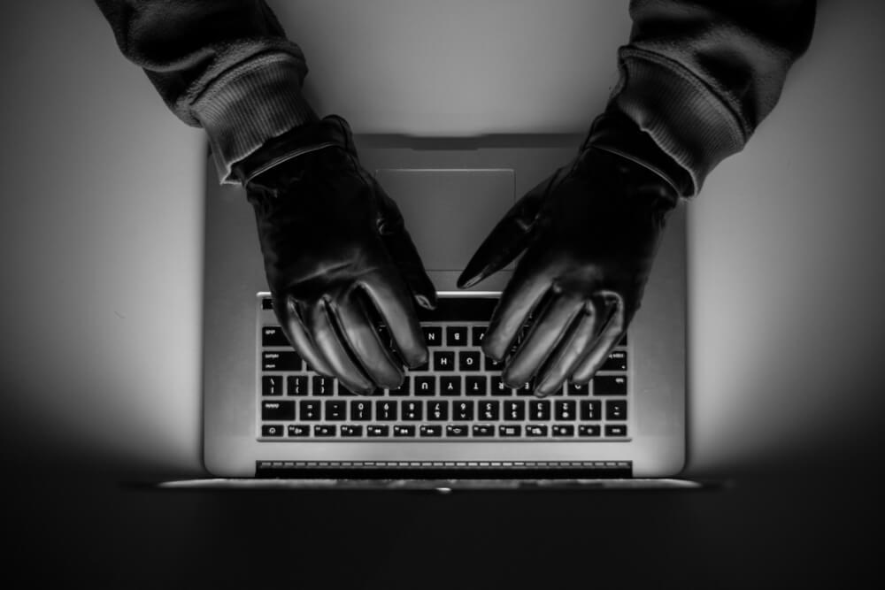 不正アクセスを犯すハッカー
