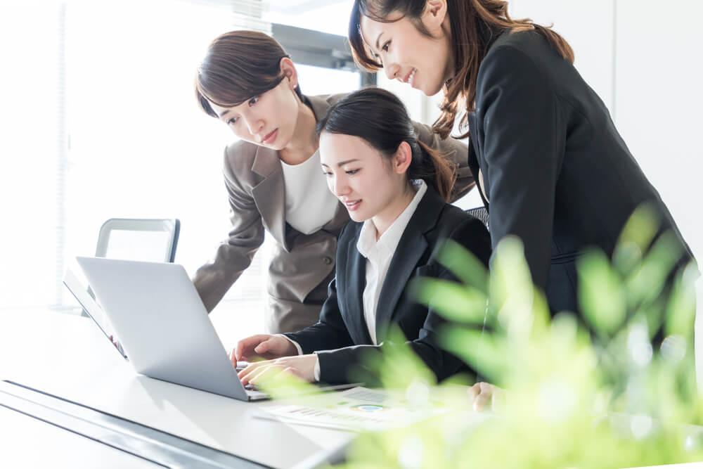新入社員にOJTをする女性