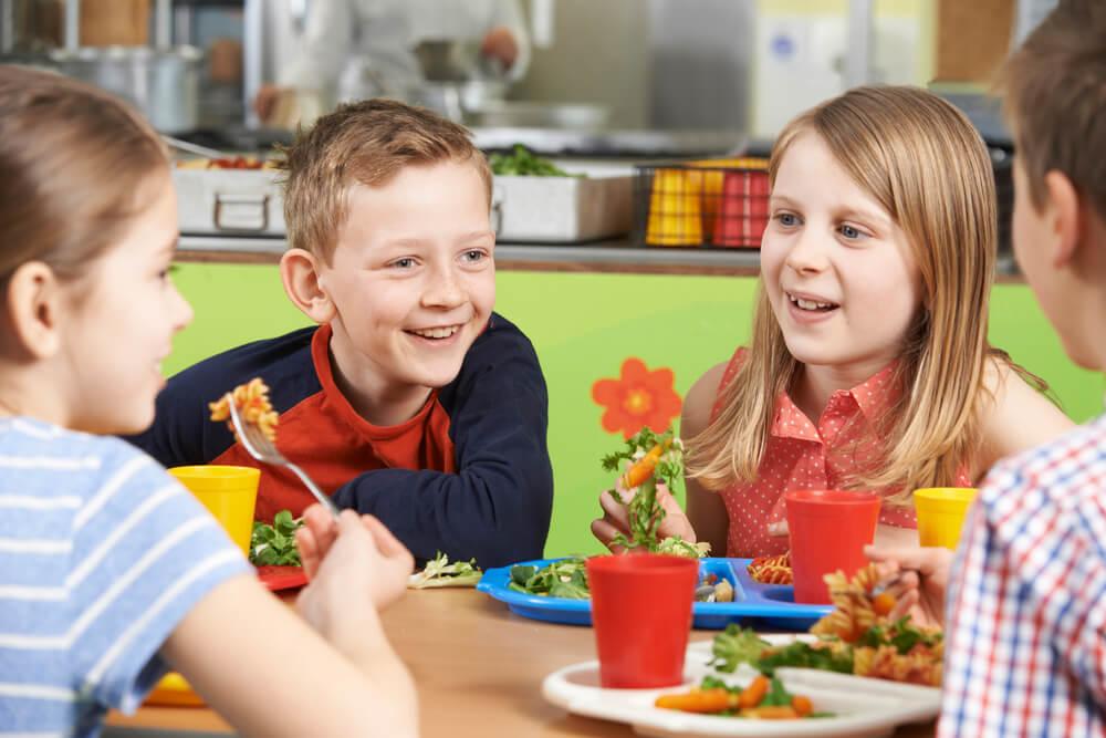 子供食堂で食事をする子供たち