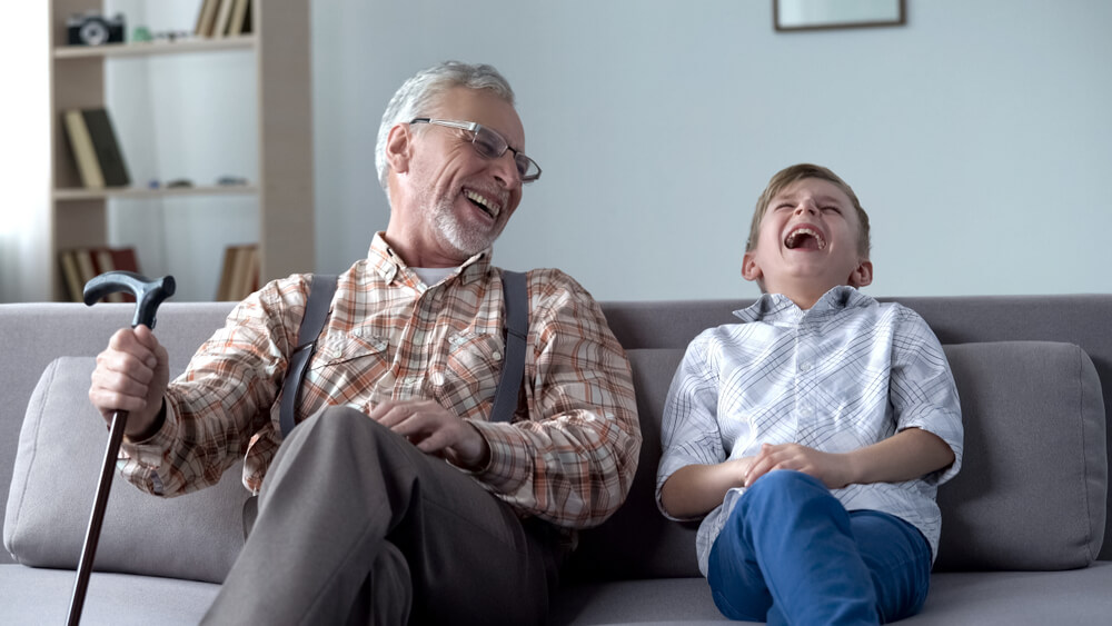 諧謔な祖父の話に大笑いする孫