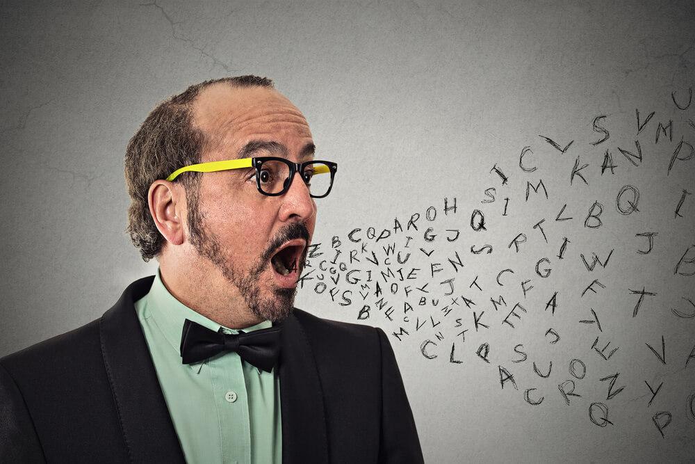 言葉を濁す発言をする男性