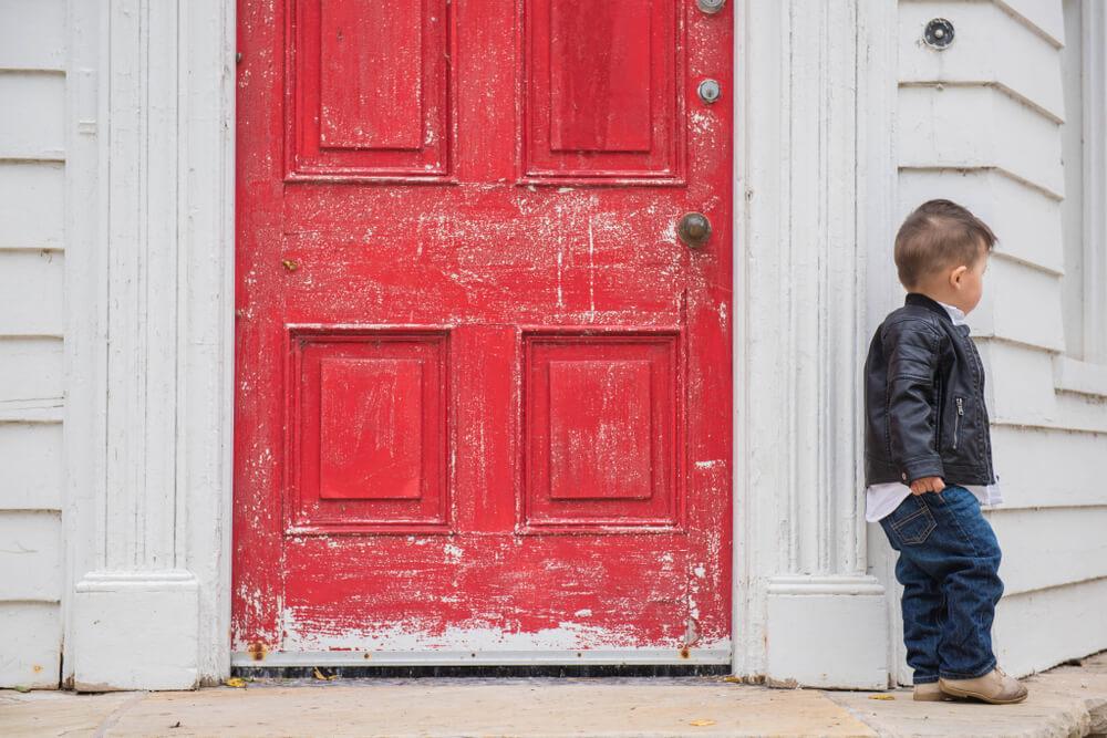 門前払いを食らって、外で待つ少年
