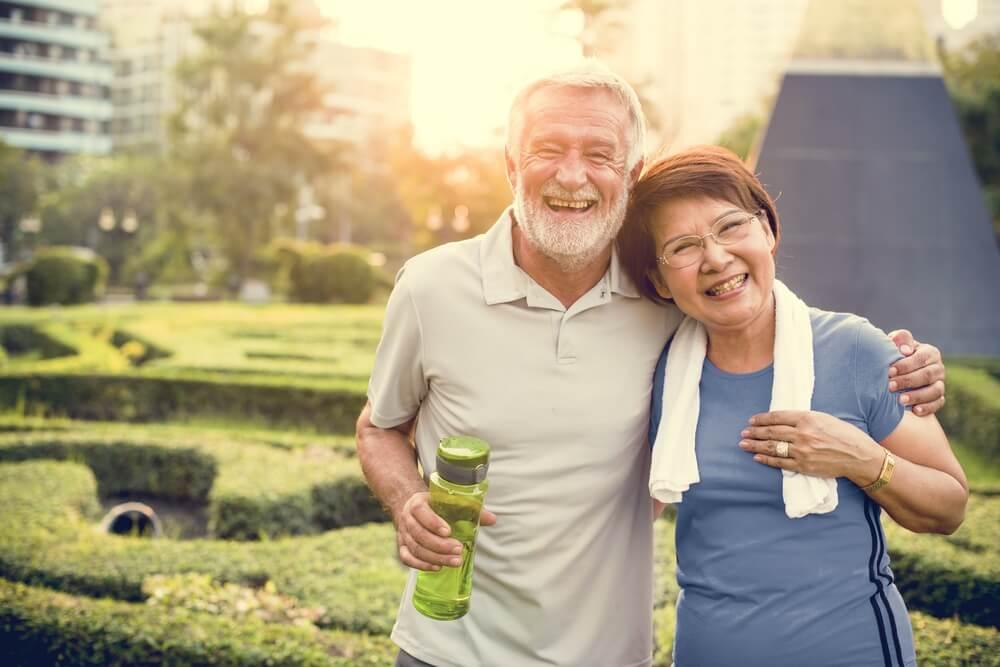 矍鑠で運動を楽しむ老夫婦