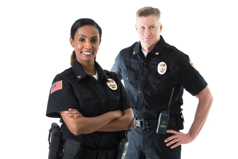 見まわり隊に協力する警察