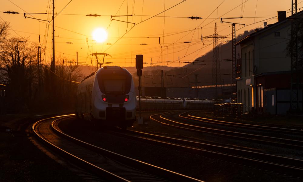 鉄オタの好きな電車が夕陽に照らされる