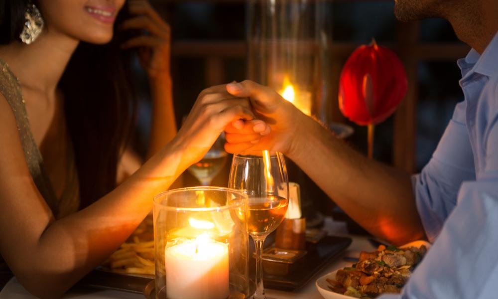 ロマンティックな雰囲気をカップルで楽しむ様子