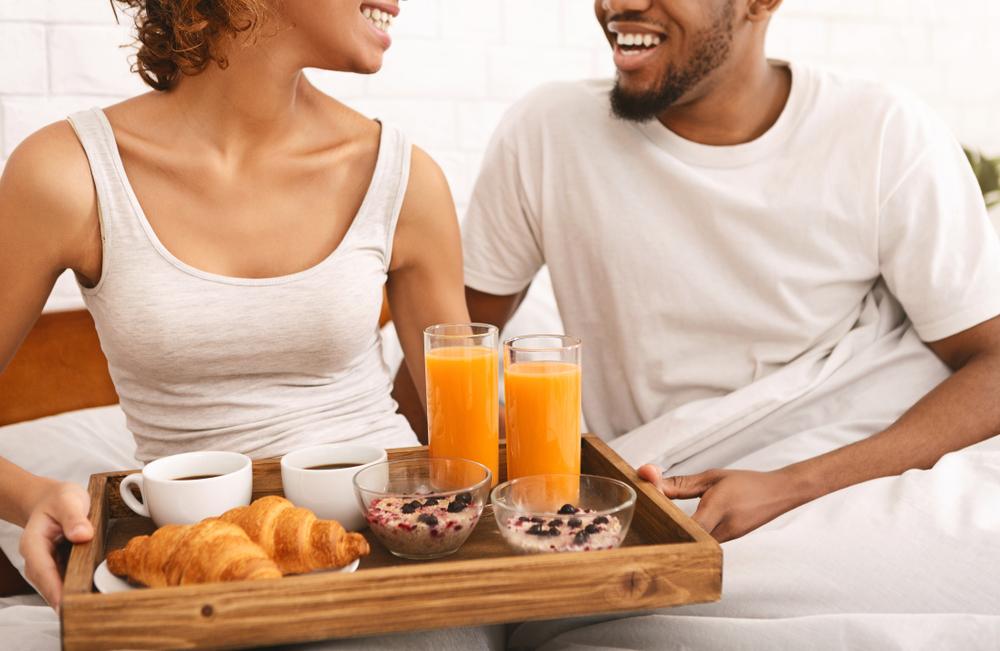 色気よりも食い気でまずは食事をするカップル