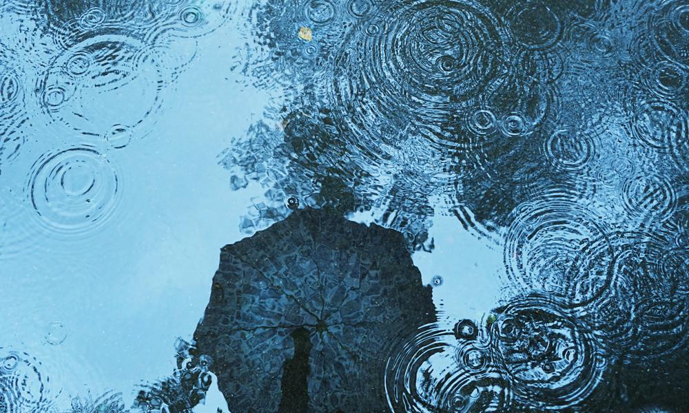 断続的な雨